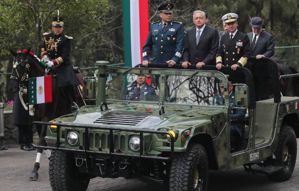López Obrador entre los titulares de las Fuerzas Armadas: Luis Cresencio Sandoval (i) y Rafael Ojeda.