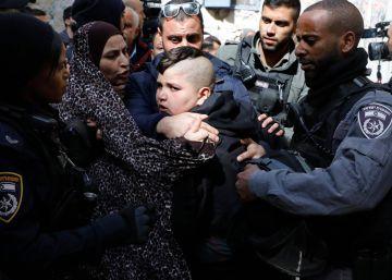 Detención de un palestino en el desahucio de una familia en la Ciudad Vieja de Jerusalén.