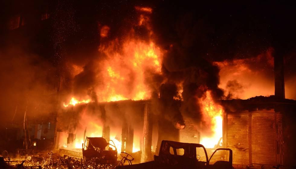 El incendio que se ha propagado por un barrio de Dacca.