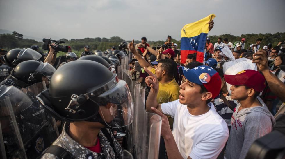 Policiais venezuelanos bloqueiam o passo sobre a Ponte Simón Bolívar neste sábado, em Cúcuta.