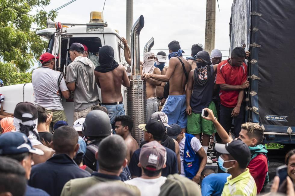 Uno de los camiones cargados con la asistencia solicitada por Guaidó.