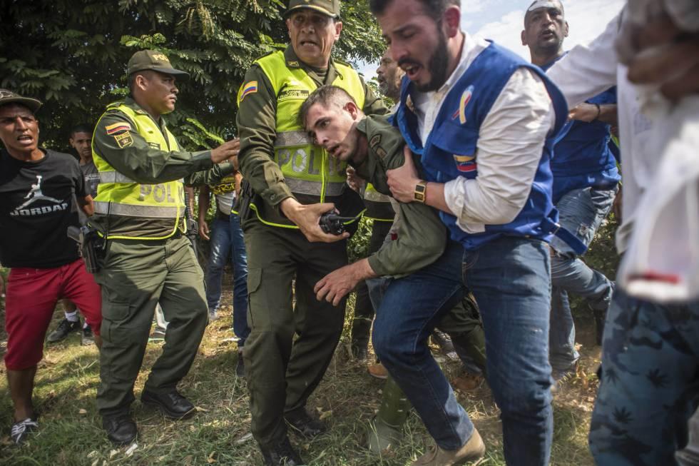 Un desertor de la Guardia Nacional Venezolana es recibido en el puente Simón Bolívar.