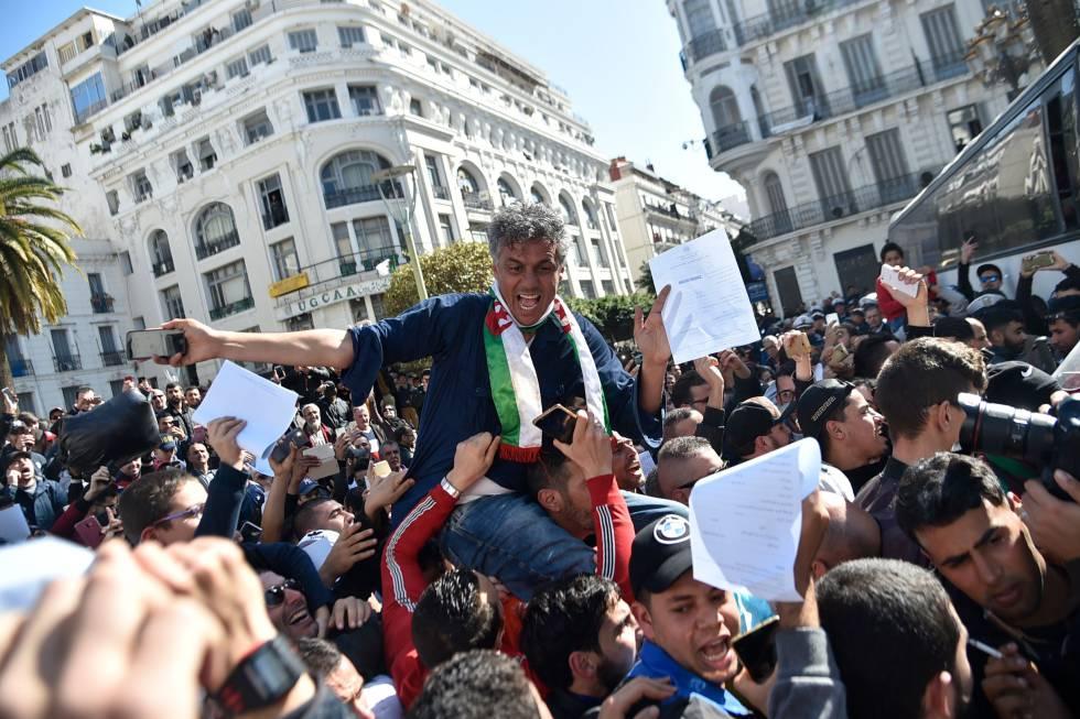 El millonario Rachid Nekkaz, a hombros de sus seguidores en Argel, el pasado 23 de enero.