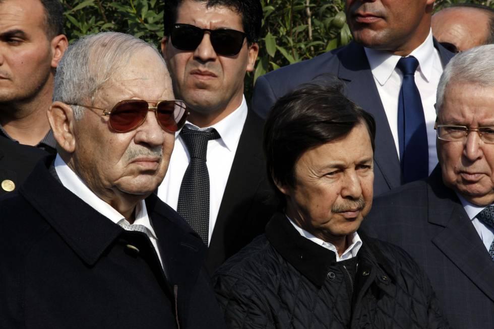 Ahmed Gaid Salah (izquierda), junto a Said Bouteflika (derecha), en enero de 2017.