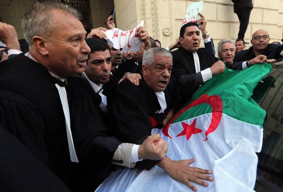 Varios abogados protestan este lunes en Argel contra la nueva candidatura de Abdelaziz Buteflika.