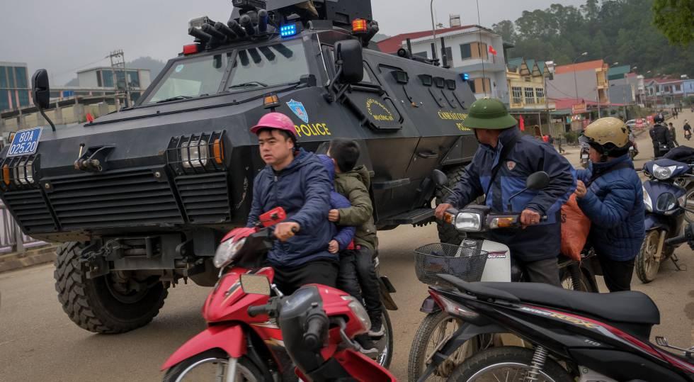 Un vehículo militar patrulla este domingo los alrededores de la estación ferroviaria de la ciudad de Lang Song.