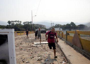 Una frontera de escombros tras 12 horas de disturbios