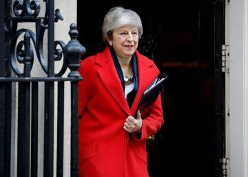 La primera ministra de Reino Unido, Theresa May, abandona Downing Street este martes para dirigirse a la Cámara de los Comunes