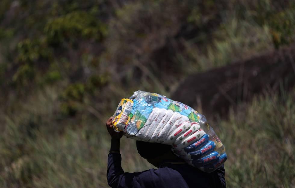 Un venezolano regresa a su país ilegalmente cargado de alimentos desde Brasil.