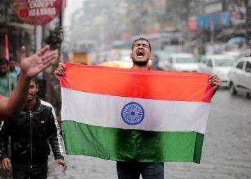 Un hombre celebra este martes en Calcuta el bombardeo de Pakistán.