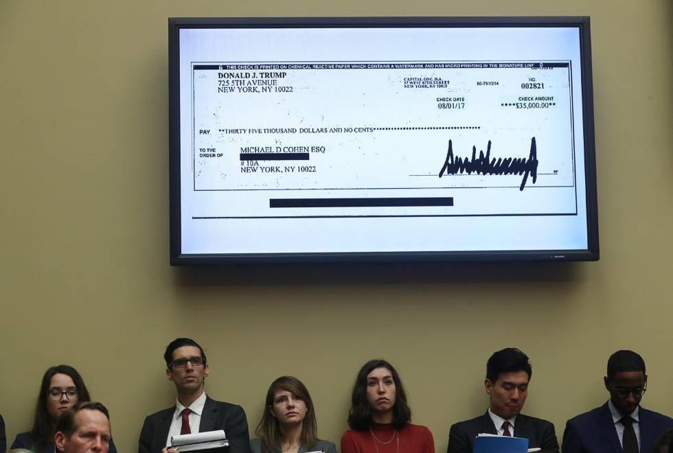 Una copia del cheque firmado por Trump y aportado por Cohen exhibido en una pantalla durante la comparecencia de este miércoles en el Capitolio.