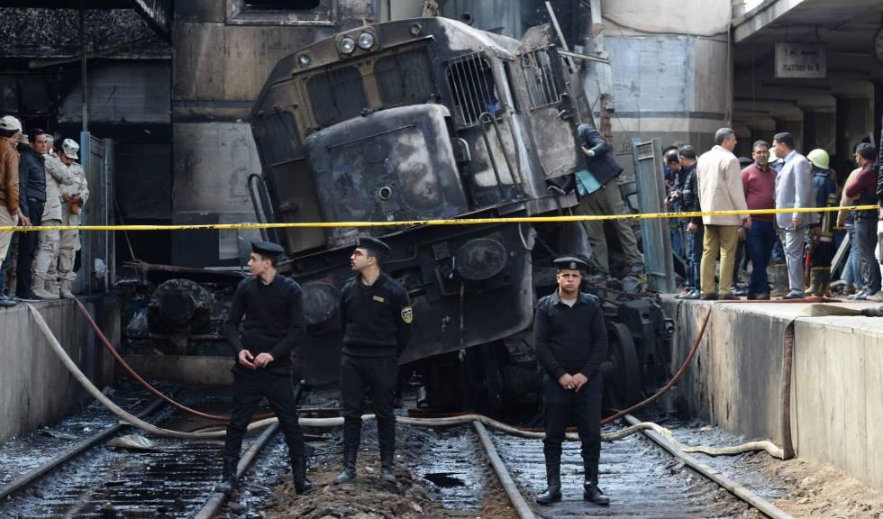 El tren incendiado en la principal estación de El Cairo.