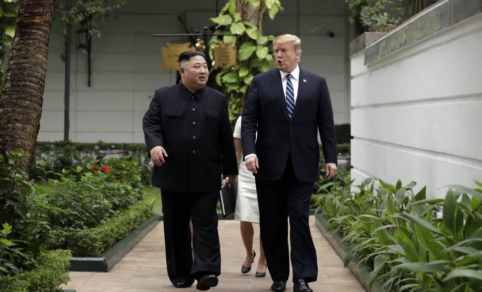 Kim Jong un junto a Donald Trump, durante su segundo día de negociaciones.