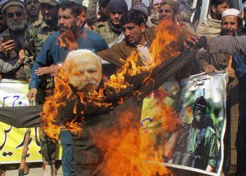Manifestantes paquistaníes queman una imagen del primer ministro indio, Narendra Modi, este jueves en Peshawar.