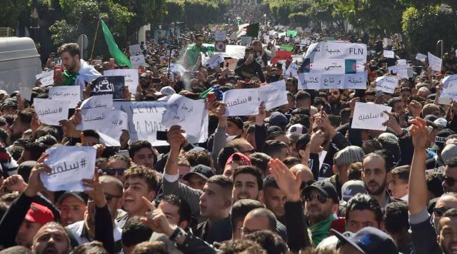 Miles de argelinos protestan contra el presidente Buteflika, este viernes en Argel.