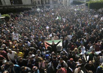 Manifestantes contra la candidatura del presidente Buteflika a la reelección, el viernes en Argel.