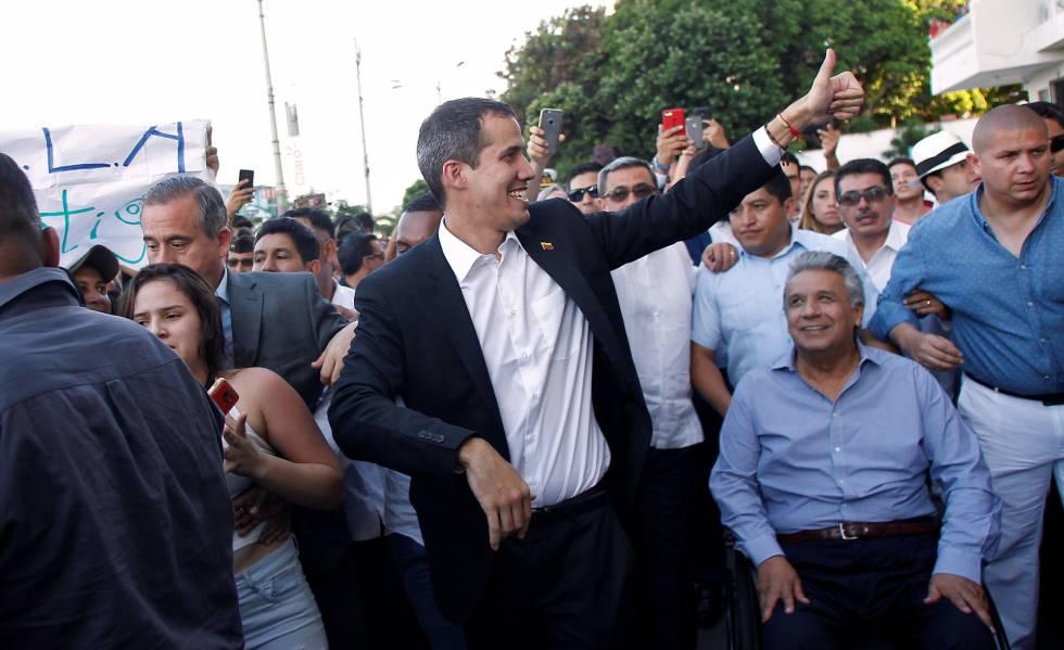 Juan Guaidó, ao lado do presidente do Equador, Lenín Moreno, sentado, no sábado.