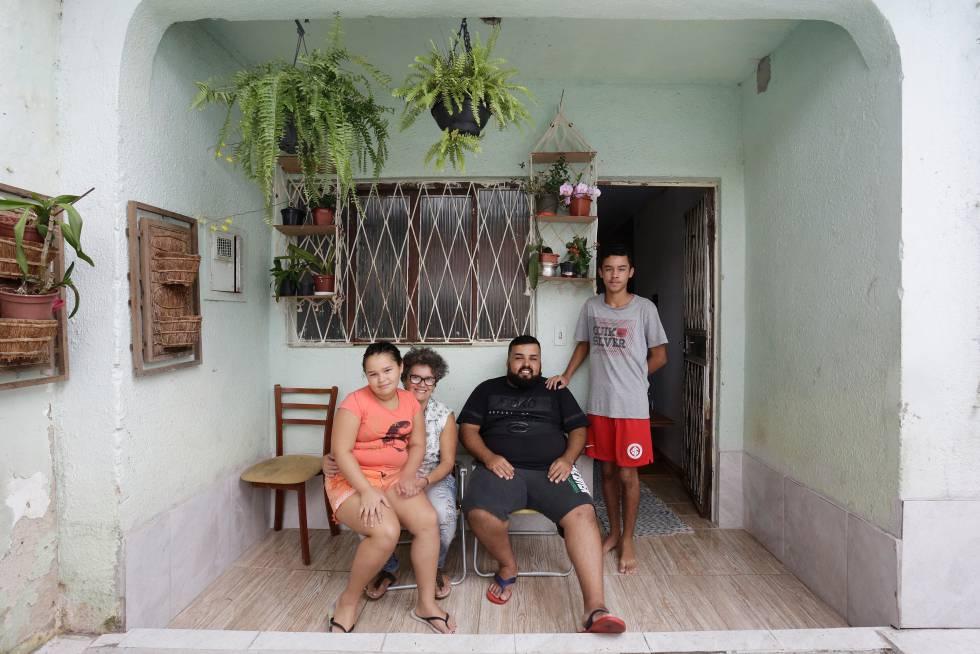 A família Prado Neves em sua casa, em Porto Alegre.