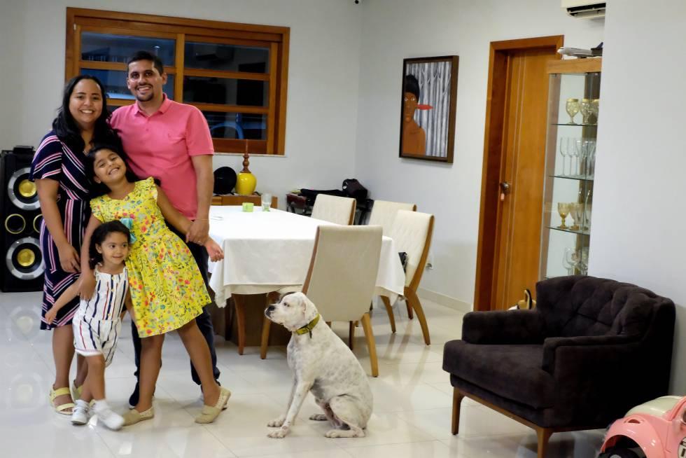 Ana Claudia e Allan com suas filhas e a cachorrinha, em Manaus.