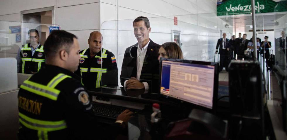 Juan Gauidó y su esposa, Fabiana Rosales, pasan el control de pasaportes en el aeropuerto internacional Simón Bolívar, en su regreso este lunes a Caracas.
