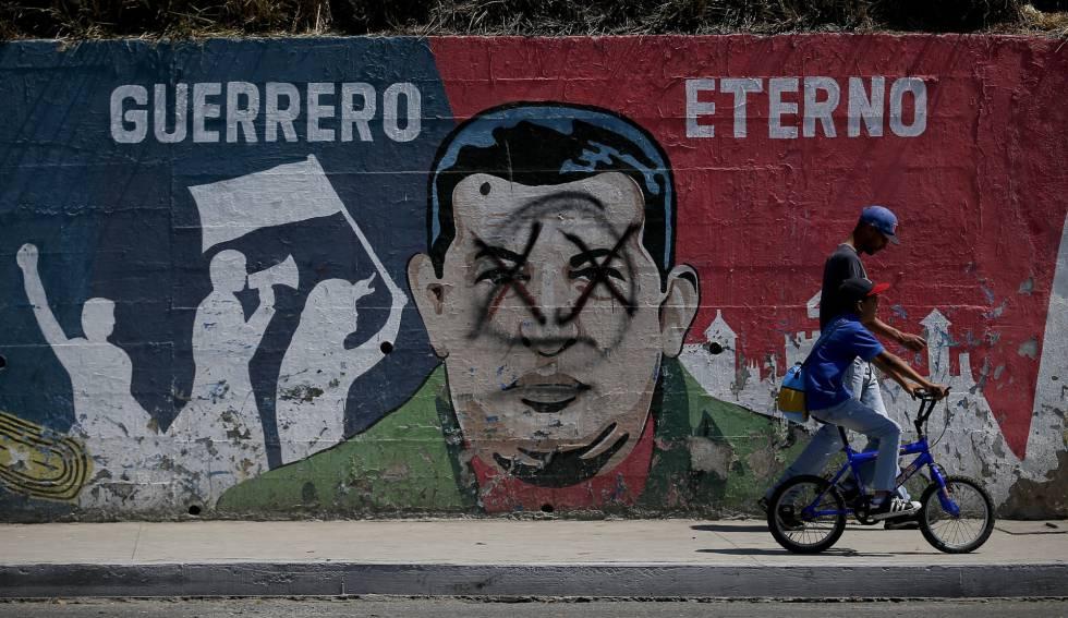 Un mural en Caracas muestra la cara de Hugo Chávez bajo el lema