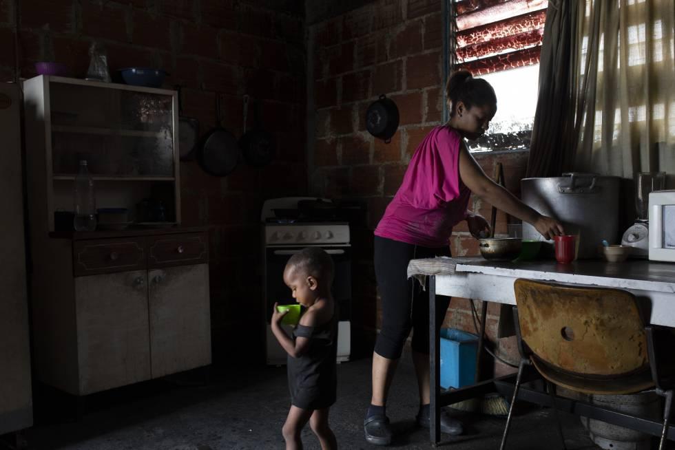 Una mujer, junto a su hijo en Petare, Caracas, durante el apagón.