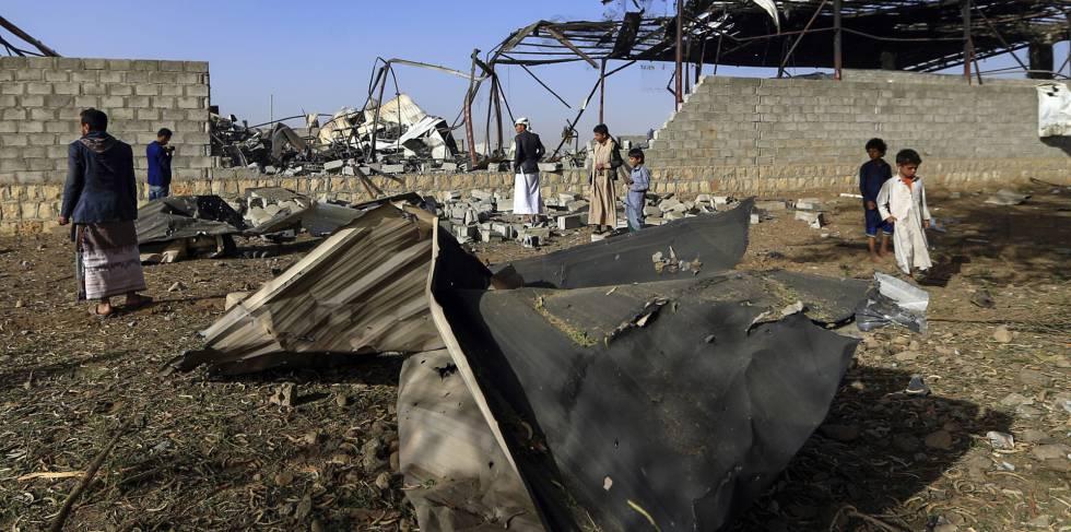 Unos civiles yemeníes inspeccionan las consecuencias de un bombardeo de la coalición liderada por Arabia Saudí, el pasado enero en Saná.