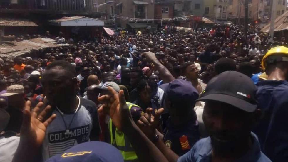 Operações de resgate depois do desmoronamento da edificação no centro de Lagos (Nigéria). No vídeo, imagens do ocorrido.