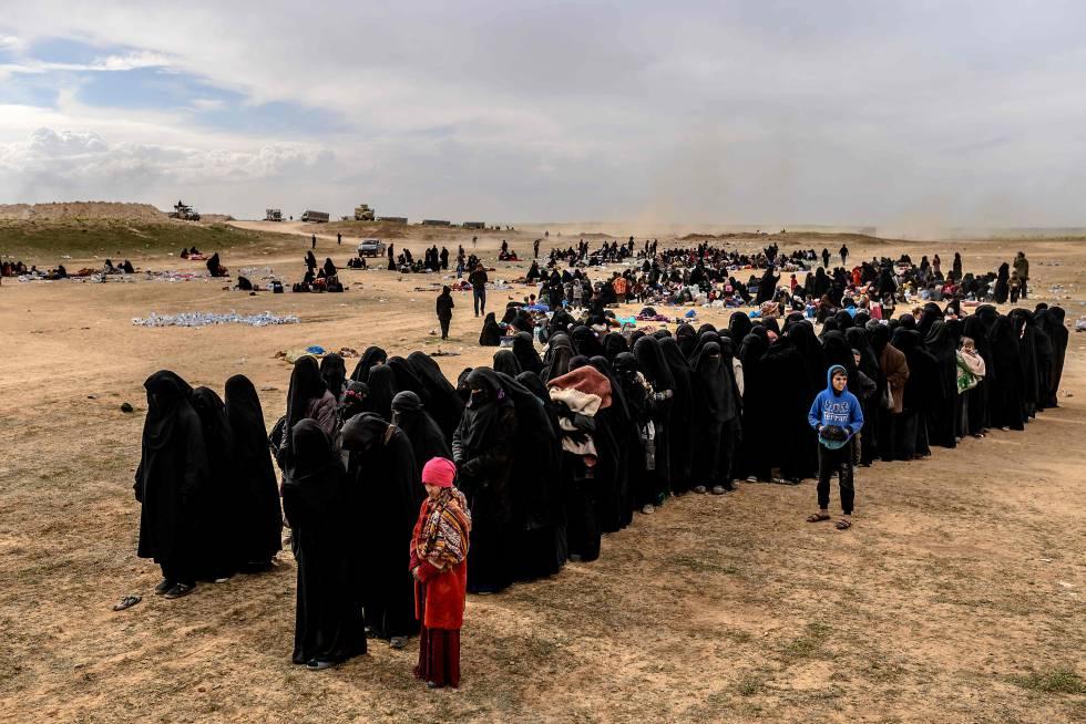 Mujeres y niños evacuados de las últimas zonas bajo control yihadista, en el este de Siria.