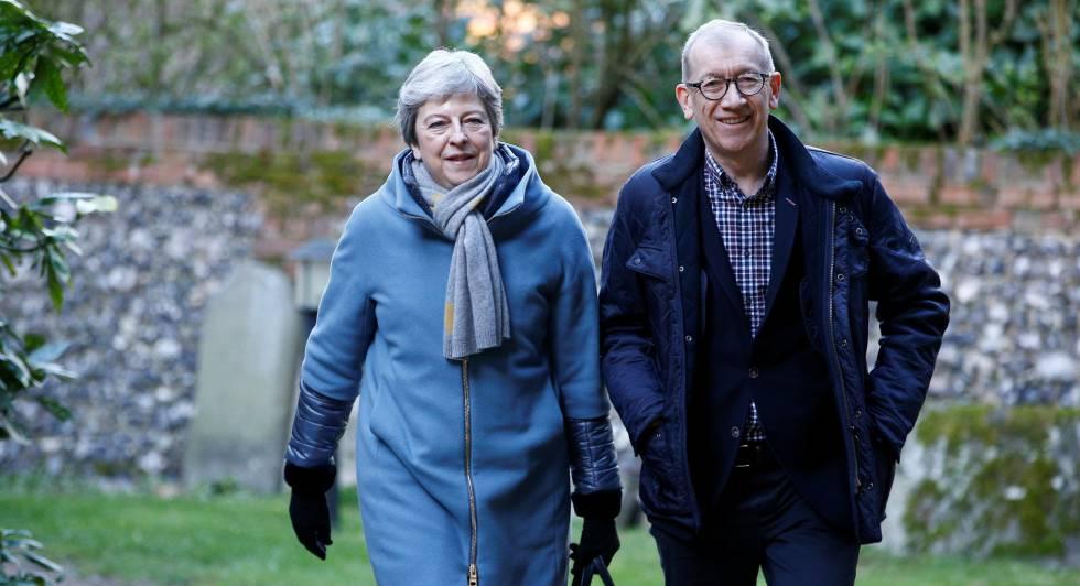 La primera ministra británica, Theresa May, y su esposo, Philip, llegan este domingo a la iglesia de Sonning.