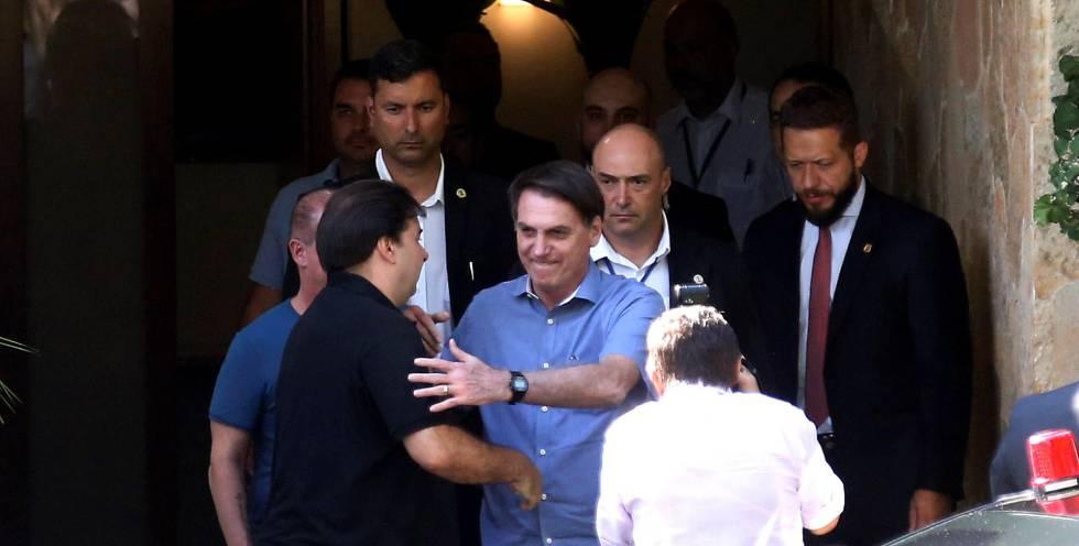 Bolsonaro se despide del presidente de la Cámara de Diputados, Rodrigo Maia, tras comer el sábado en su casa.