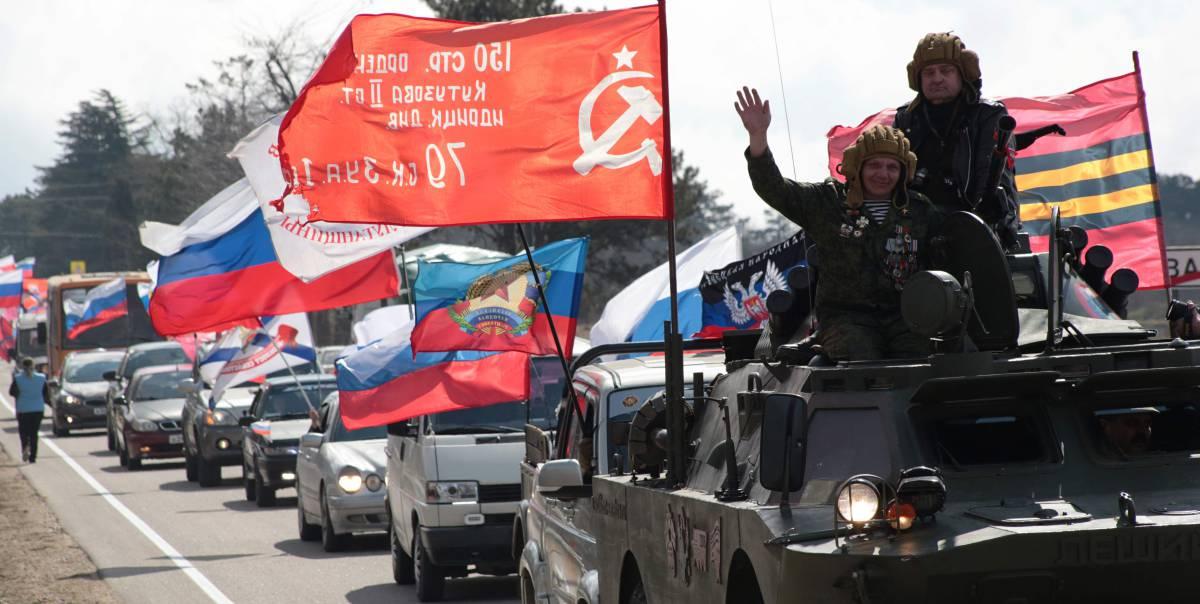 Desfile de motorizado con banderas para conmemorar el quinto aniversario de la anexión de la península crimea de Ucrania por parte de Rusia en Sevastopol el 16 de marzo.