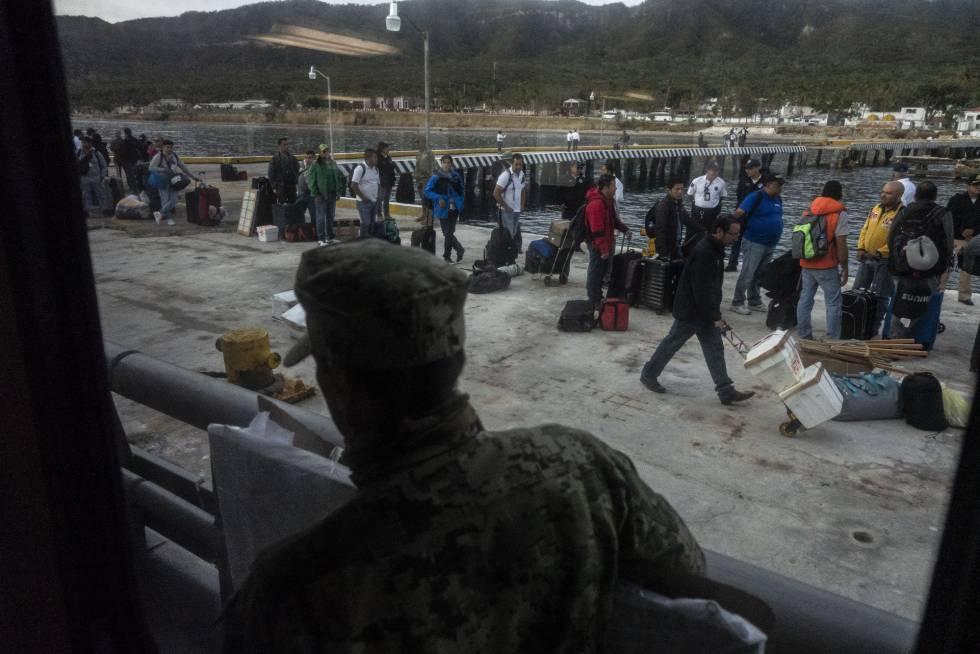 Algunos empleados de las Islas Marías que abandonaron la isla este domingo.