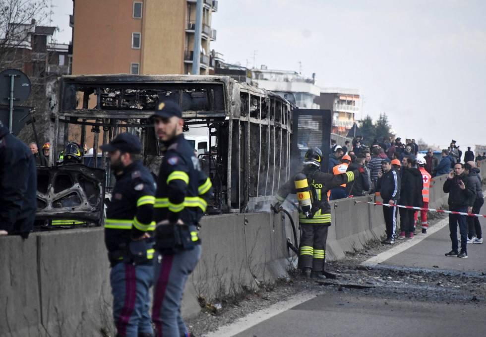 Equipos de emergencias junto al autobús calcinado cerca de Milán.