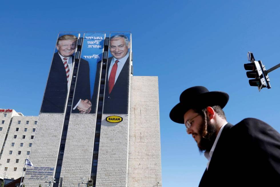 Un judío ultraortodoxo pasa ante un cartel con la imagen de Trump y Netanyahu, en febrero en Jerusalén.