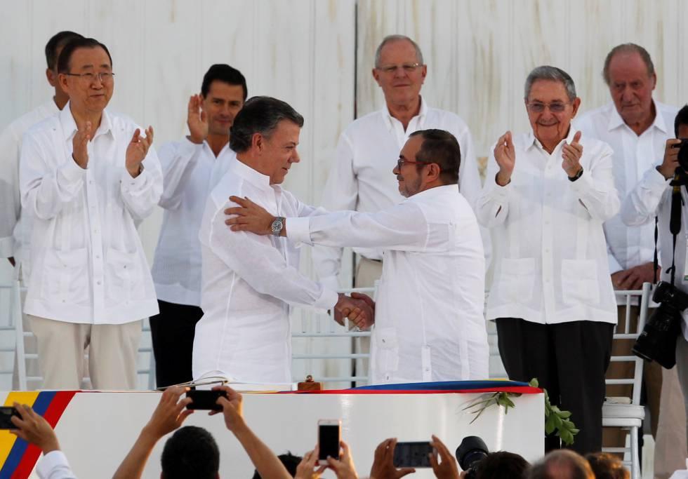 Santos y Timochenko se saludan tras la firma del primer acuerdo, en septiembre de 2016 en Cartagena de Indias.