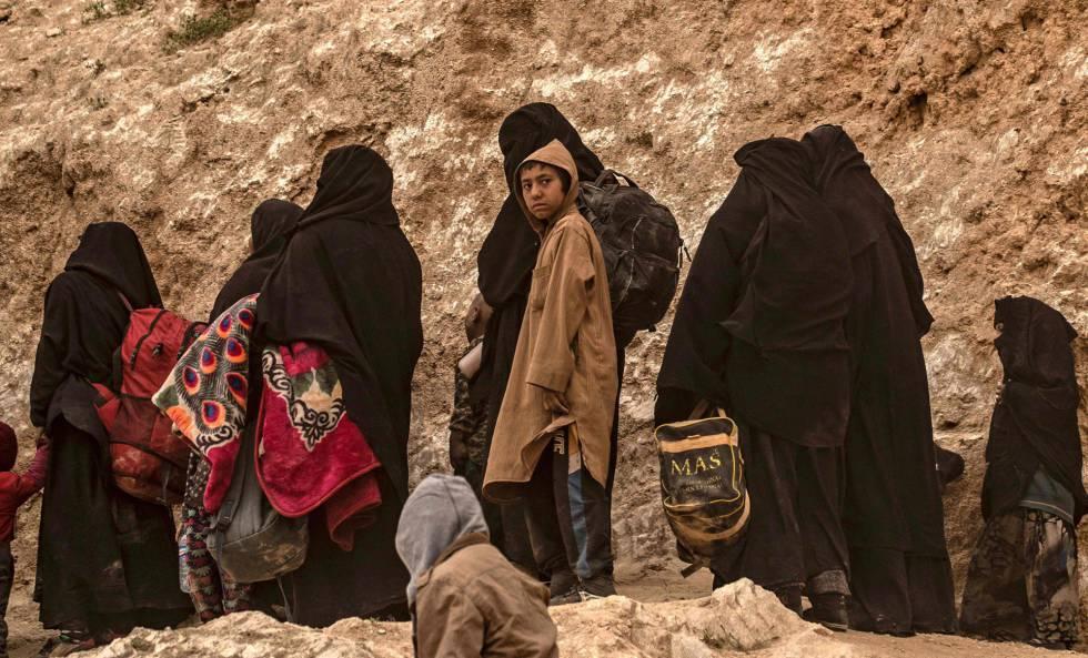 Mujeres y niños huyen de Baguz, el pasado 14 de marzo.