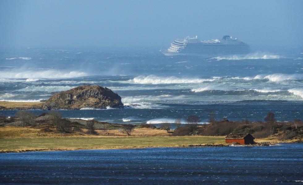 El crucero averiado 'Viking Sky', en la costa este de Noruega.