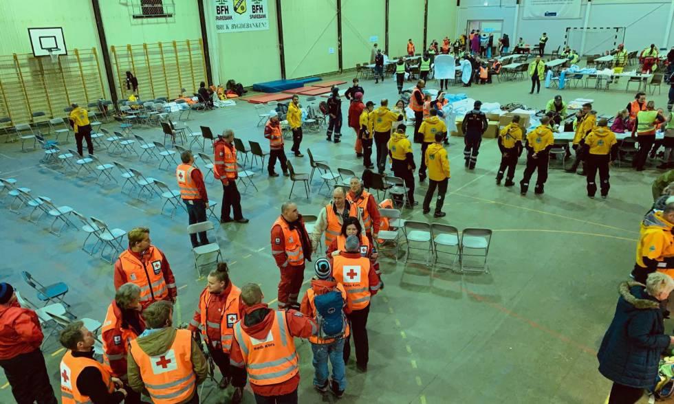 Los servicios de emergencia en Hustadvika, Noruega, listos para recibir a los pasajeros del crucero.