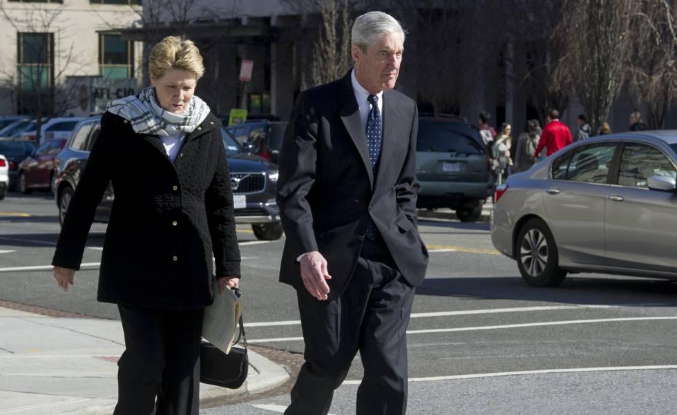 El fiscal especial Robert Mueller y su esposa, Ann, ayer en Washington.