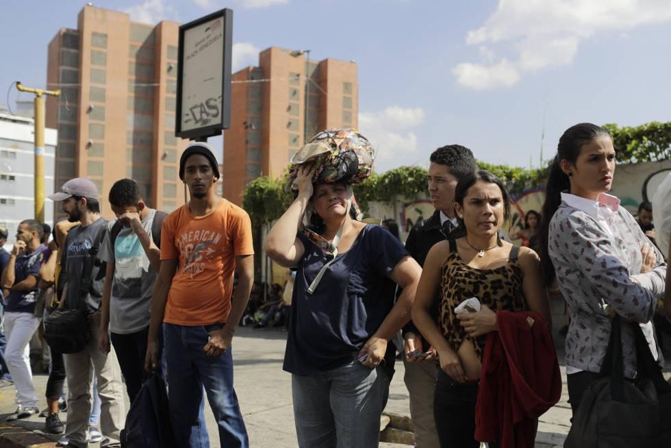 Las paradas de autobús se llenaron durante el apagón ante el cierre del metro de Caracas.