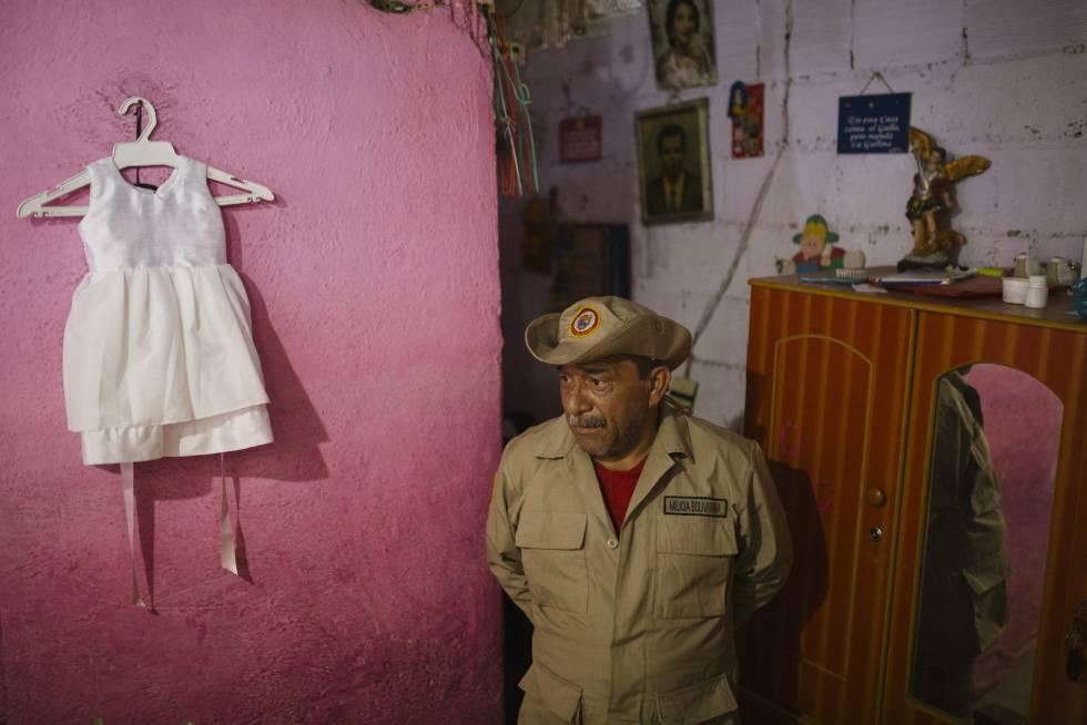 Jesús Torres posa com seu uniforme de miliciano em sua casa do bairro União, em Caracas.
