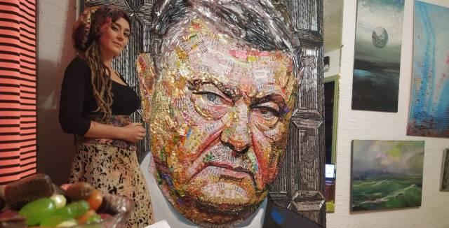 La artista ucrania Daria Marchenko con su obra 'El rostro de la corrupción', en su estudio de Kiev.