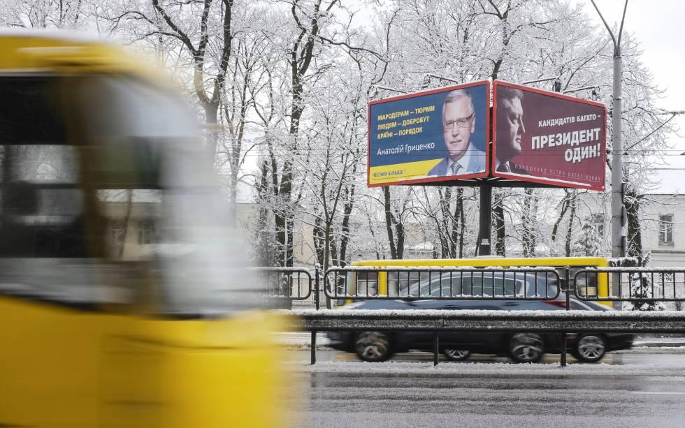 Carteles electorale en una calle de Kiev.
