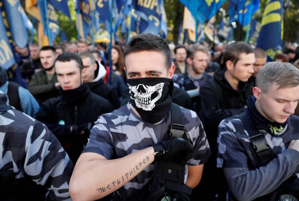 Miembros de la milicia nacional Azov, vinculada a la extrema derecha, el 2de marzo en Kiev.