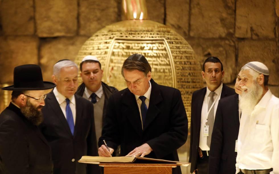 Bolsonaro firma un libro junto Netanyahu y el rabino del Muro de las Lamentaciones,este lunes.