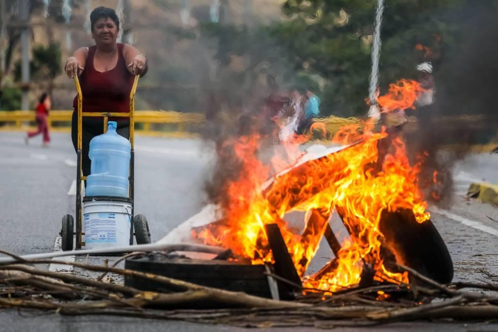 Protesto contra a falta de água potável e eletricidade em Caracas.