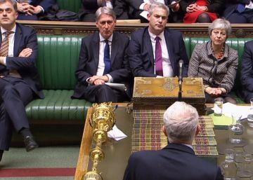 El líder laborista, Jeremy Corbyn, se dirige al Gobierno de Theresa May este lunes en la Cámara de los Comunes