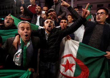 Jóvenes con banderas argelinas celebran la renuncia del presidente Buteflika, este martes en Argel.