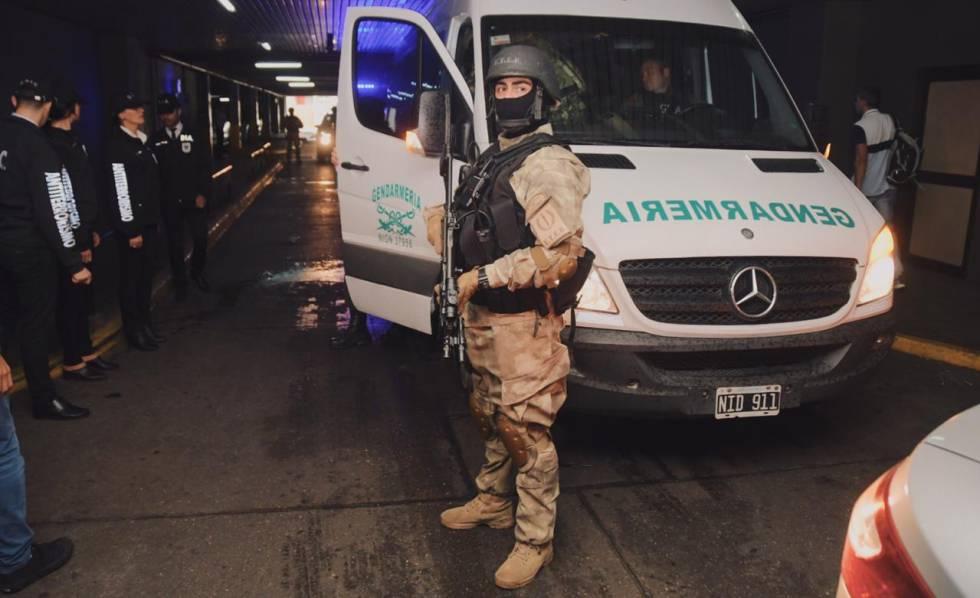 Operativo de seguridad frente al hotel cordobés donde se encontró la maleta de los dos artistas chilenos acusados de terrorismo.